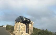 Image insolite en Corse-du-Sud : une voiture «vole» sur un mur