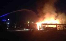 """""""Chaude nuit"""" à L'Ile-Rousse : Un établissement de plage et un véhicule Porsche détruits par des incendies criminels"""